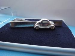 Hopeinen henkilöauto-solmioneula