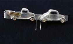 Hopeinen henkilöauto ja kuorma-auto -solmioneula